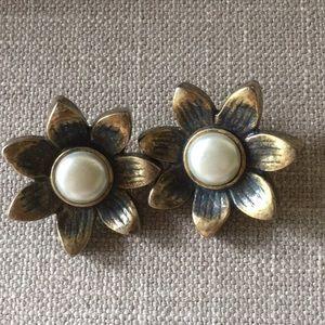 Flower pearl clip earrings